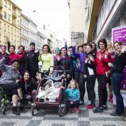 Lze běhat na vozíku, s pěti dětmi nebo po rakovině? Při Johnson & Johnson Women's Challenge ano